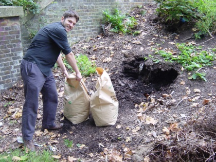 Simon bagging the compost from Hackney Downs